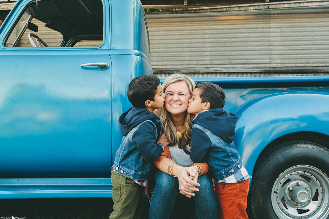 twin boys kissing mom on cheeks for Autumn famly photos